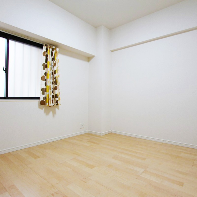 玄関入って左手側の洋室。 フローリングもクロスもリフォーム済なのでそのままご入居可能です♪