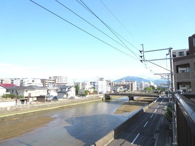 バルコニーからの眺望。目の前に室見川が流れています☆