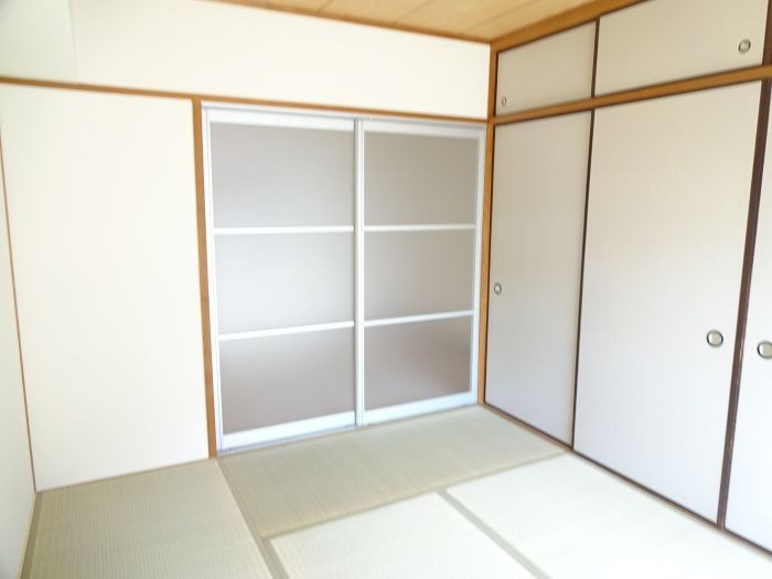 和室は壁一面が押入れです☆たっぷり収納できます♪