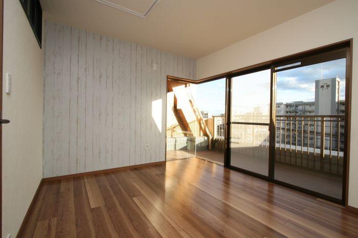 6帖の洋室は窓が大きく開放的!