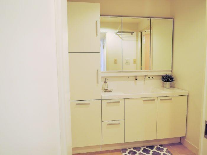 洗面台には3面鏡とたっぷりの収納つきです☆