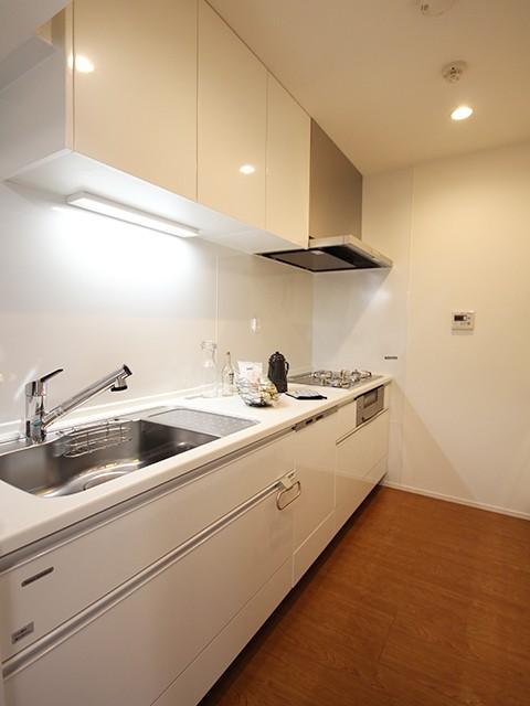 独立タイプのキッチンは食洗機つきでお料理に集中できます☆