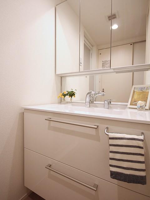 ゆったりとした洗面台で朝の身支度もらくらくです♪
