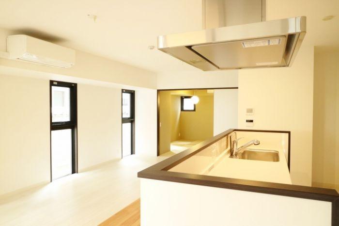 キッチン右手側にはモダンな和室があります♪