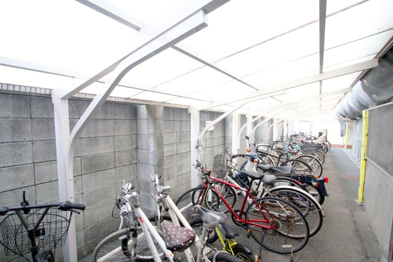 駐輪場には屋根があり、雨の日も便利です♪