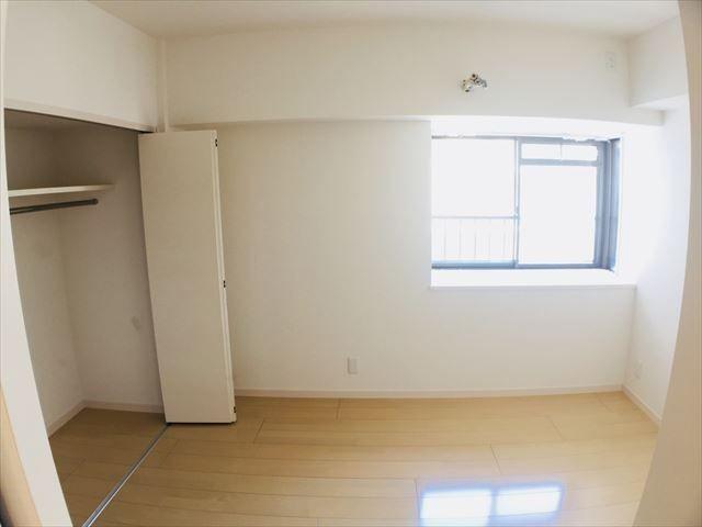 5帖の洋室。大き目のクローゼット付きです☆
