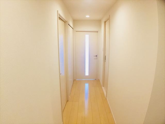 リビング側の廊下にも物入れがあり、便利です♪