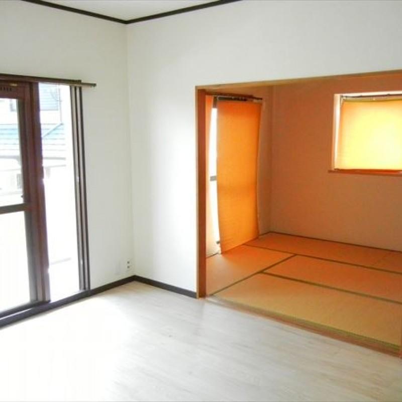 和室は二面採光でほっこり癒しの空間です。