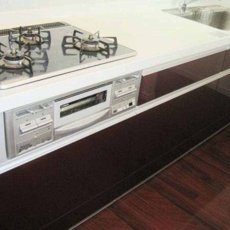 キッチンは三口コンロつきで調理スペースもしっかりあります♪