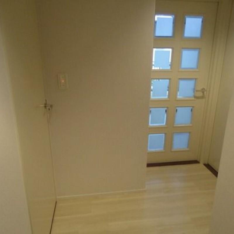 玄関を入って左が洗面室、正面奥がリビングです♪
