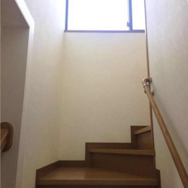階段には手すりつきで安心です♪