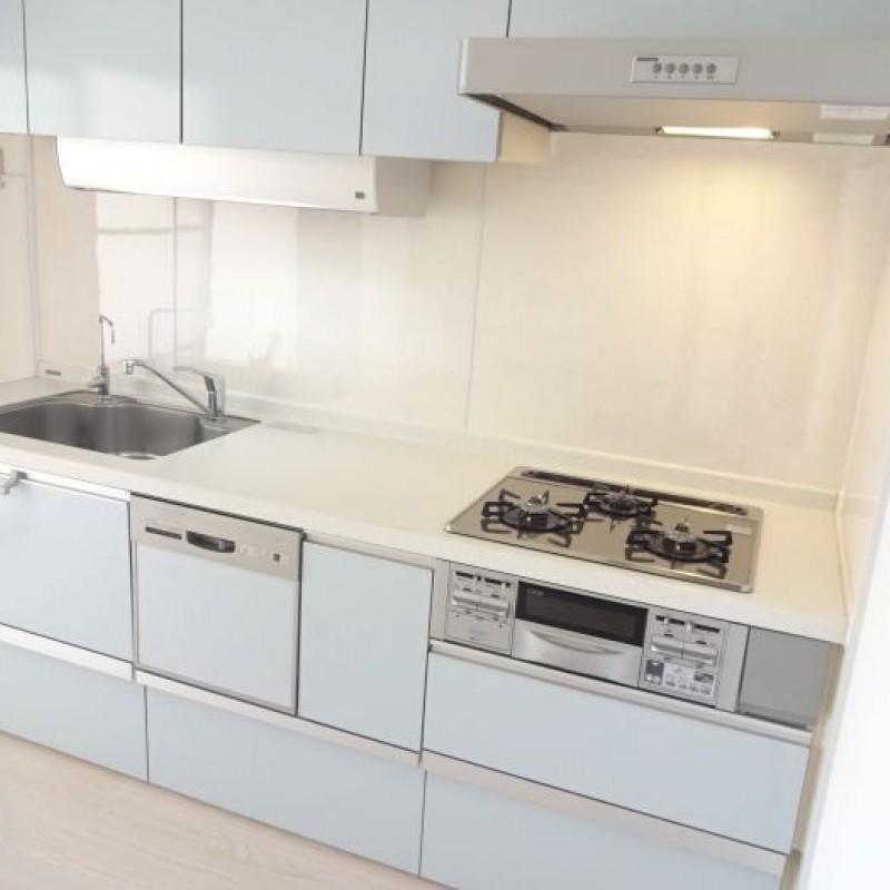キッチンには3口コンロと食洗機つきで家事がはかどります♪