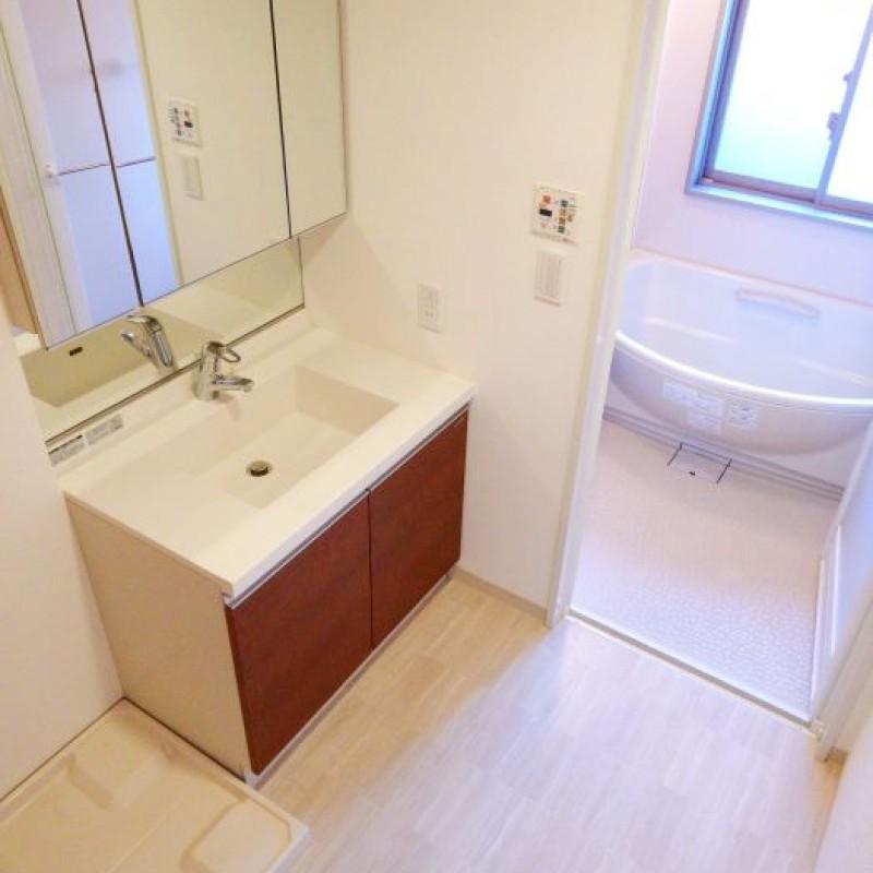 明るい洗面室。三面鏡つきの洗面台です☆