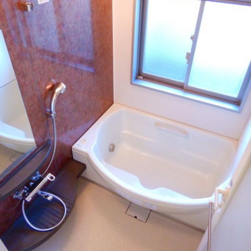 大きな窓のある浴室。追炊き・浴室乾燥機つきです♪
