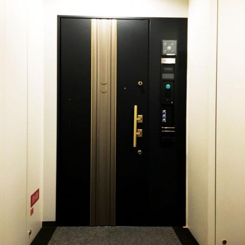 玄関ドアも重厚感ある上質な雰囲気です。