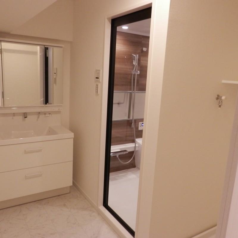 洗面室はスタイリッシュで清潔感あふれる空間です♪