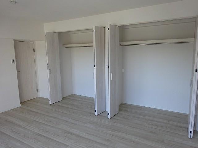 洋室約10.6帖 壁一面のクローゼット
