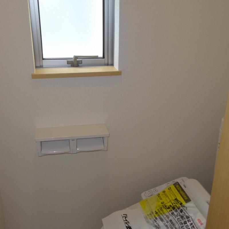 2階トイレ 窓があり明るいです
