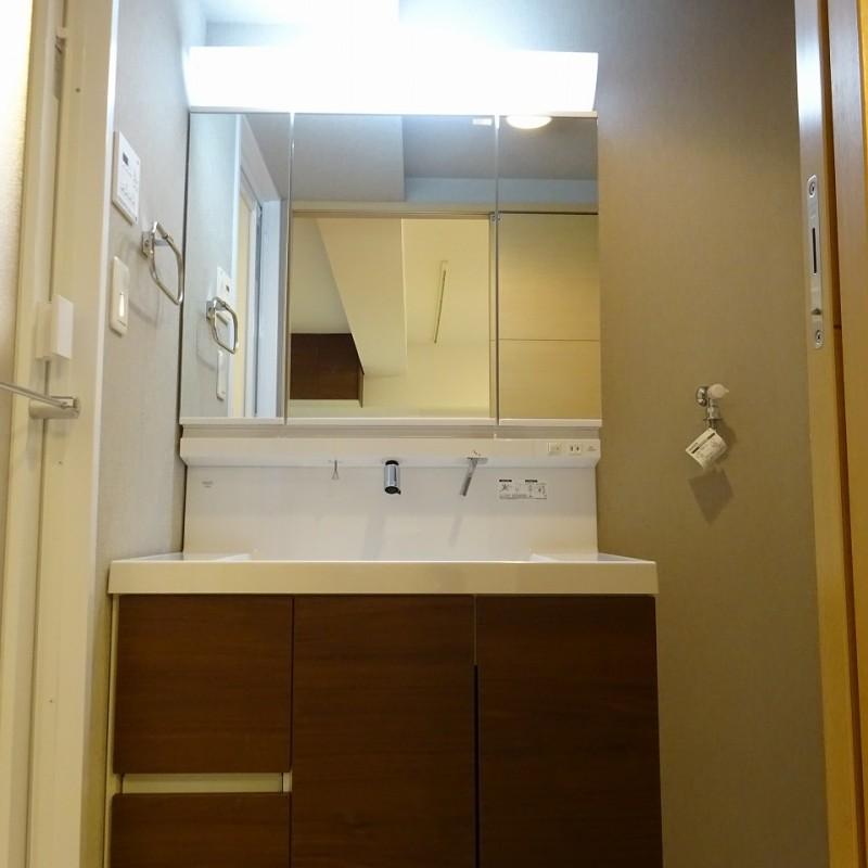 三面鏡収納洗面台